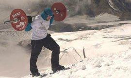 Russo escala montanha mais alta da Europa com barra e pesos nas costas