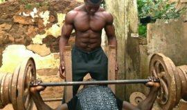 Conheça o gigante ganês que treina numa academia improvisada