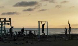 Homem constrói academia pública com lixo retirado das praias