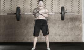 5 exercícios com barra pouco convencionais e que vão trincar o seu core